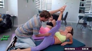 Anya, lánya és a jógaoktató