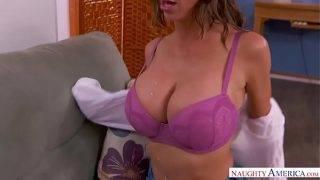 A szexre kész szilikon mellű anyuci